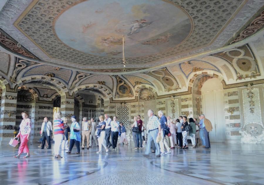 Beeindruckend erläutert Dr. Thiele die Sanierungsarbeiten des detailreich und hochwertig ausgeschmückten Grottensaals.